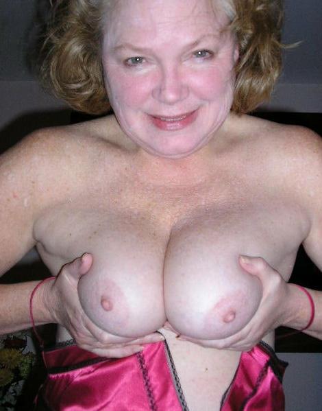 Lonaaa ist eine Oma mit Monstertitten und kommt aus Bern. Auch in ihrem Alter möchte sie noch begehrt werden und sexuelle Höhepunkte erleben. Wenn du Sex mit Oma magst, dir Lonaaa gefällt und du niveavoll bist und nicht sofort mit ihr in die Kiste springen willst, dann melde dich doch einfach bei der vollbusigen Oma aus Bern