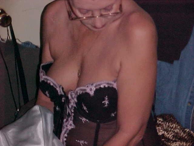Diese scharfe Oma ist fast 60 aber sprüht vor Erotik und Leidenschaft. Ihr Mann hat sie verlassen, das ist für die scharfe Oma aber noch lange keine Grund auf Sex zu verzichten. Gesucht werden potente Männer aus dem Berner Oberland, die Lust auf Sex mit Oma und einer unkomplizierten Sexaffaire haben